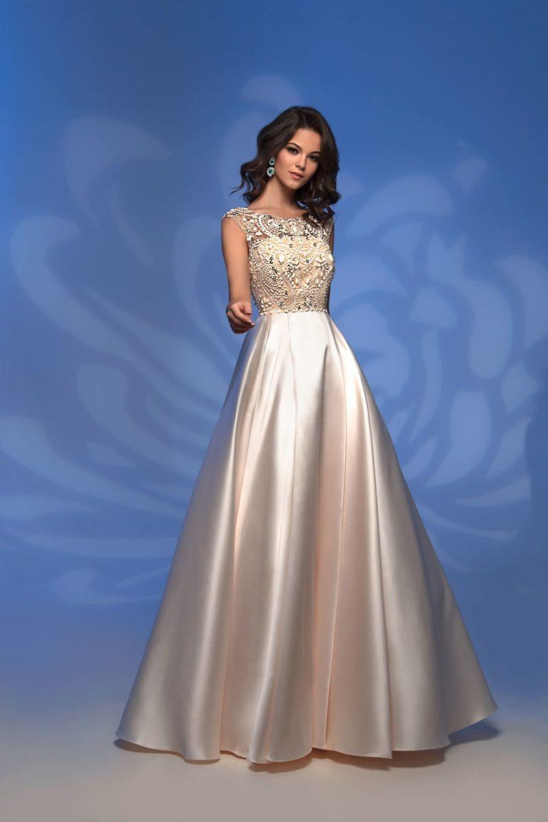 Вечернее платье цвета слоновой кости с вышивкой по лифу и юбкой в пол.