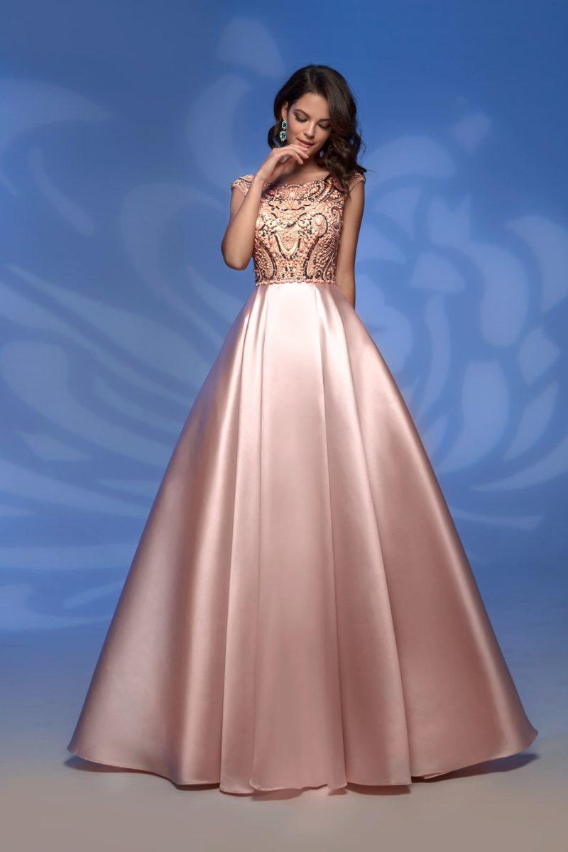 Глянцевое вечернее платье персикового цвета с вышивкой.
