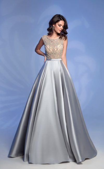 Серебристое вечернее платье в пол с шикарным декором верха.