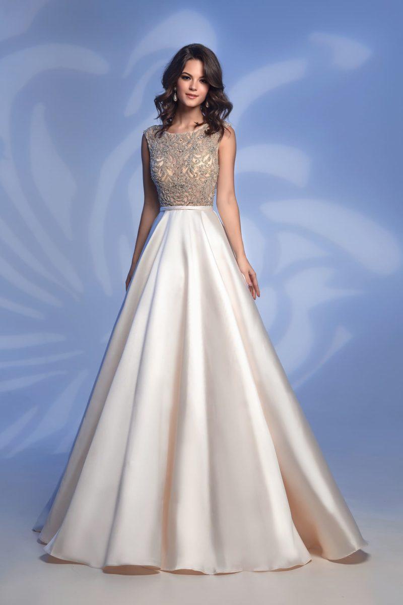 Вечернее платье оттенка слоновой кости с роскошной юбкой в пол.