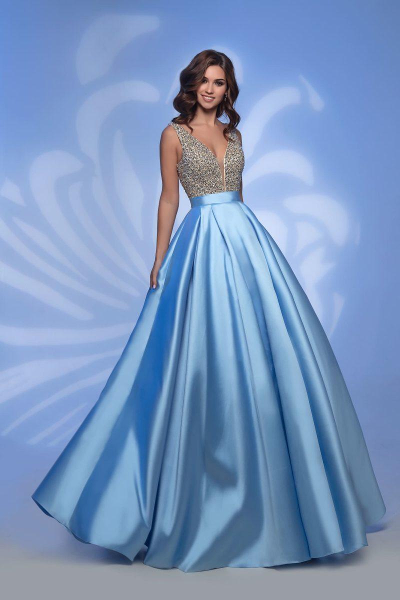 Голубое длинное платье