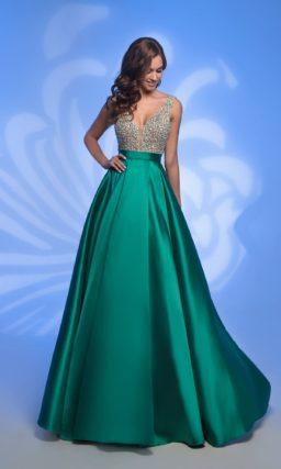 Вечернее платье с золотистым верхом и изумрудной юбкой.