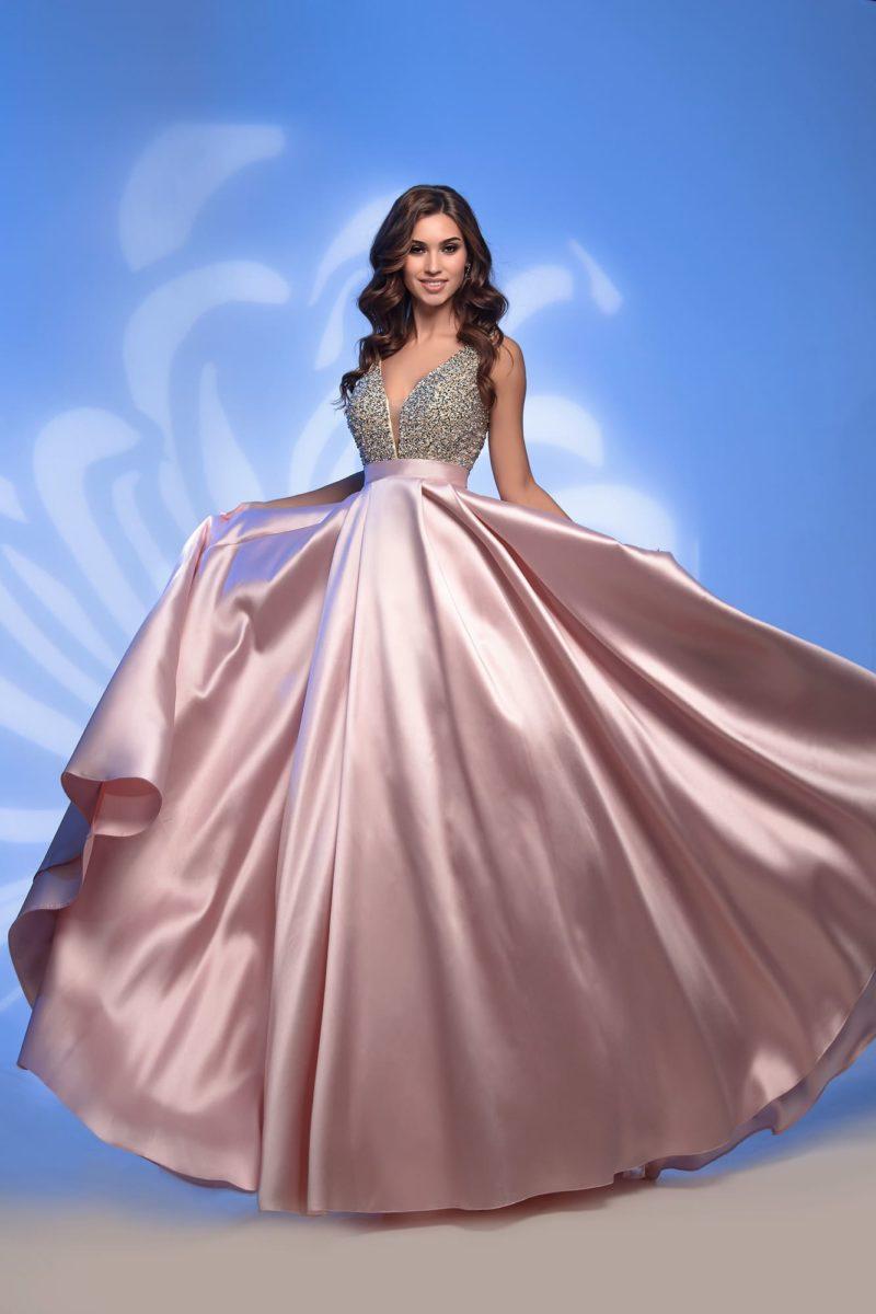 Розовое вечернее платье с бисерным лифом и юбкой в пол.