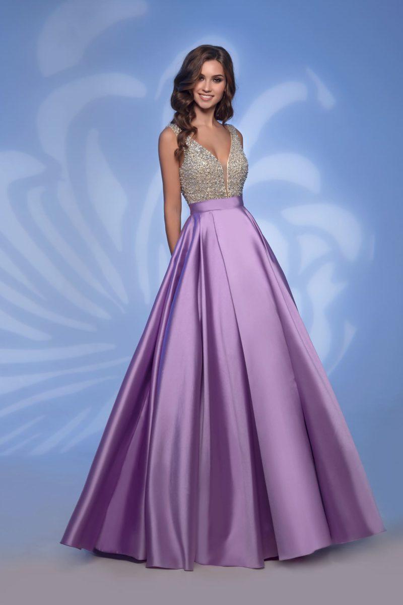 Вечернее платье с фиолетовой юбкой и сияющим лифом.