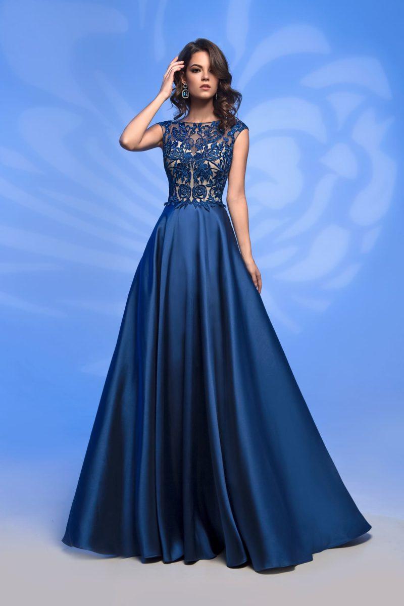 Синее вечернее платье с закрытым кружевным верхом и юбкой в пол.