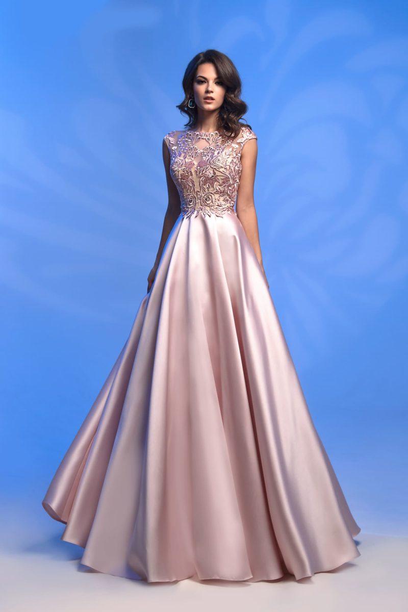 Розовое атласное вечернее платье с закрытым кружевным верхом.