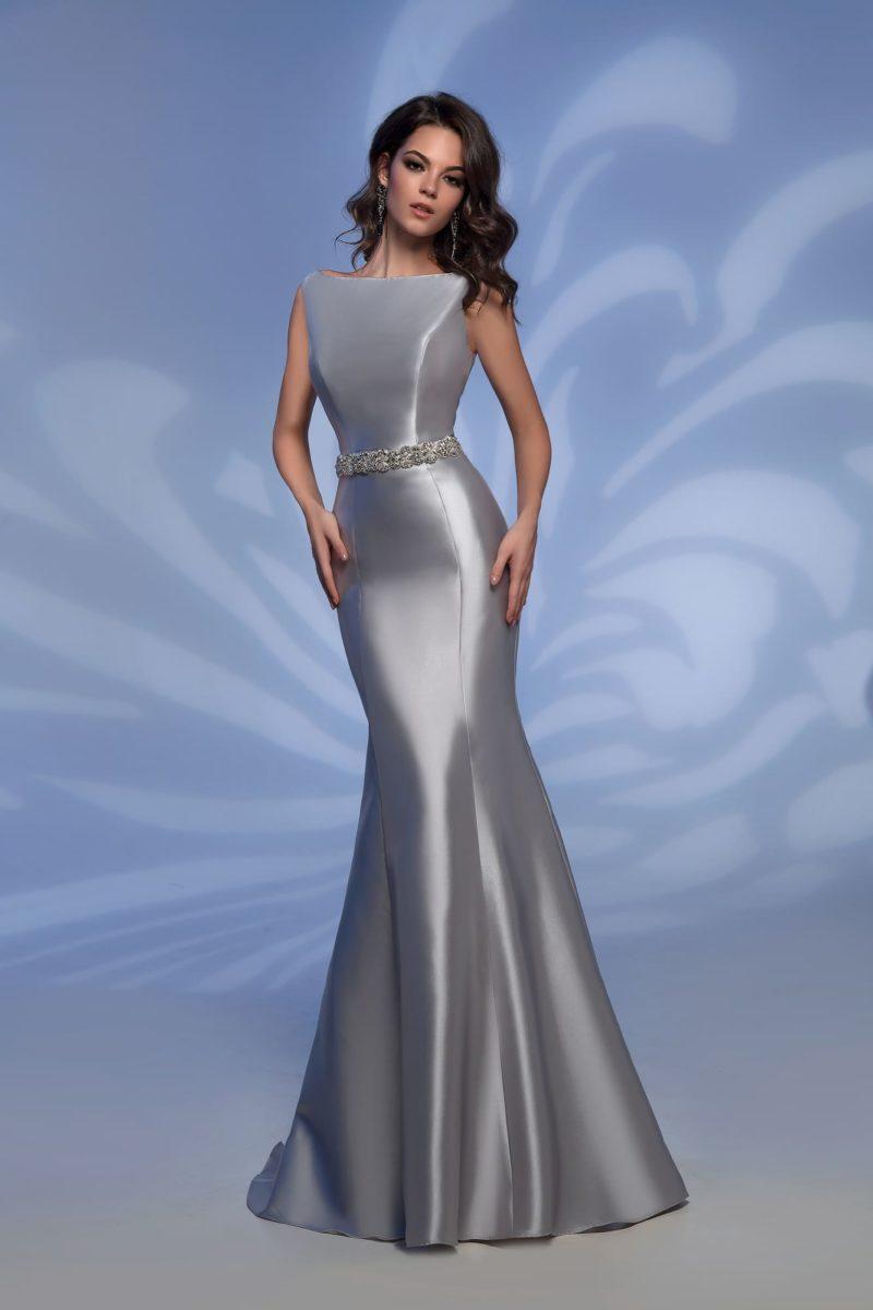 Серебристое вечернее платье «рыбка» с поясом, покрытым стразами.