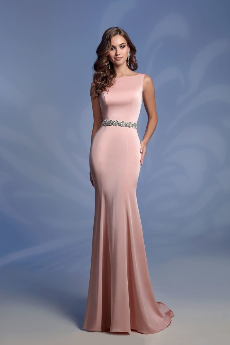 Вечернее платье «рыбка» розового цвета с вырезом сзади.