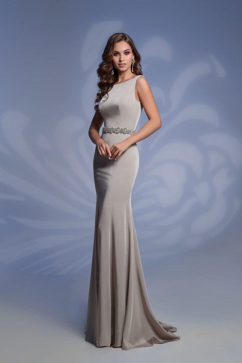 Вечернее платье серебристого цвета с вырезом сзади и поясом.
