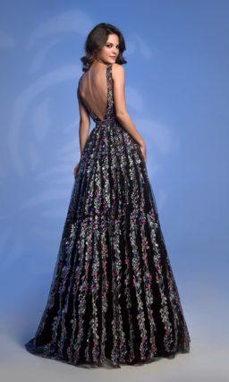 Черное вечернее платье с цветочным декором и открытой спинкой.