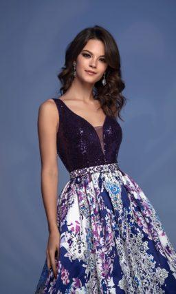 Вечернее платье с роскошной юбкой с рисунком и фиолетовым лифом.