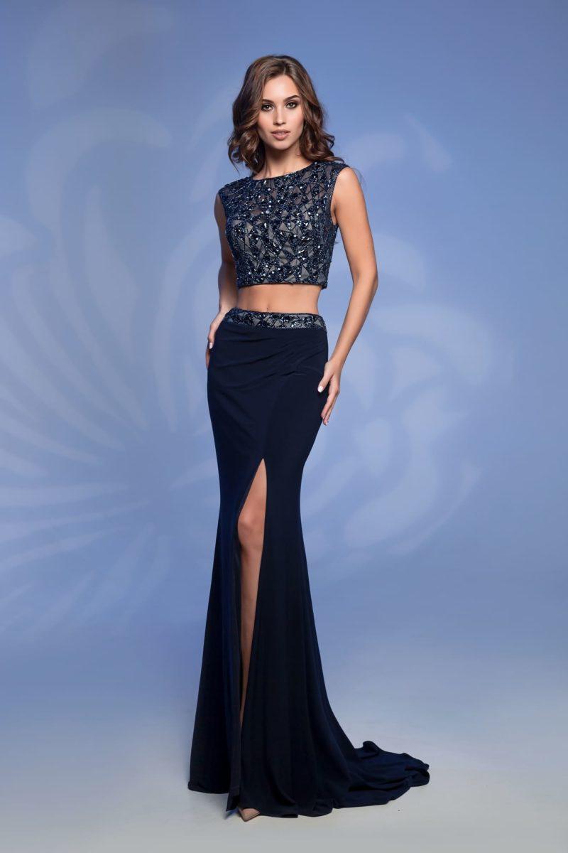 Синее вечернее платье с сияющей отделкой на укороченном топе.