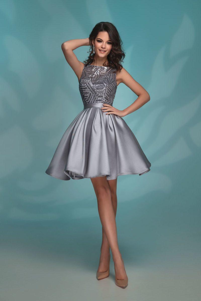 Короткое вечернее платье с сияющей отделкой лифа.