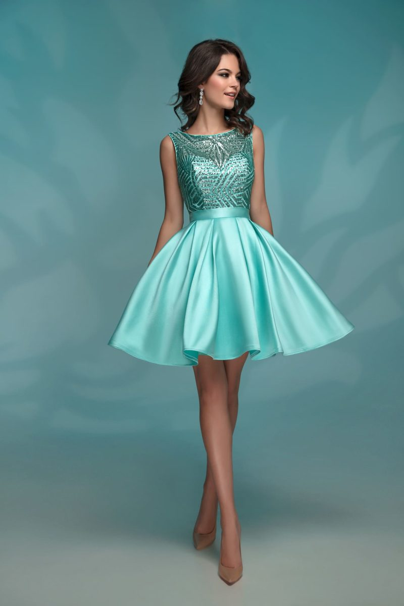Вечернее платье мятного оттенка, с пайетками и короткой юбкой.