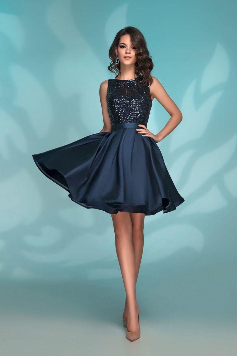 Короткое вечернее платье темно-синего цвета с пайетками.