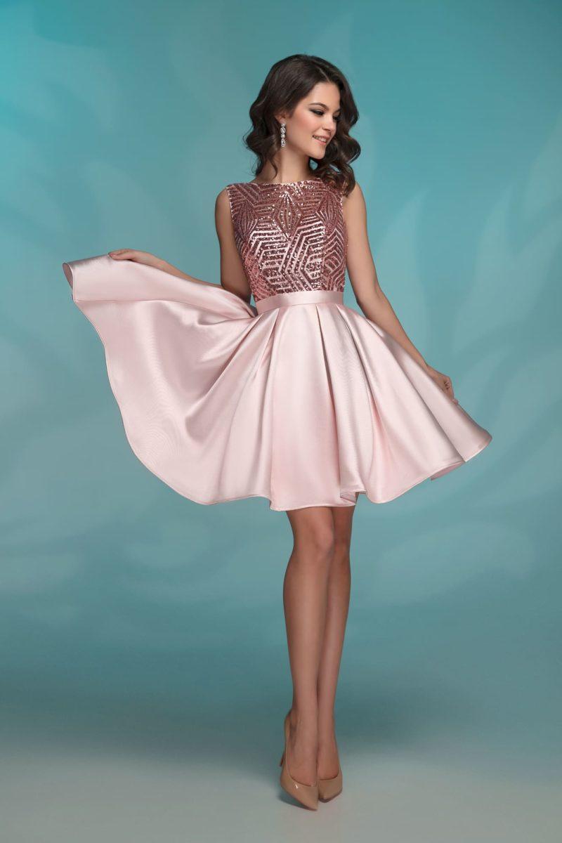 Короткое вечернее платье розового цвета с вырезом «бато».
