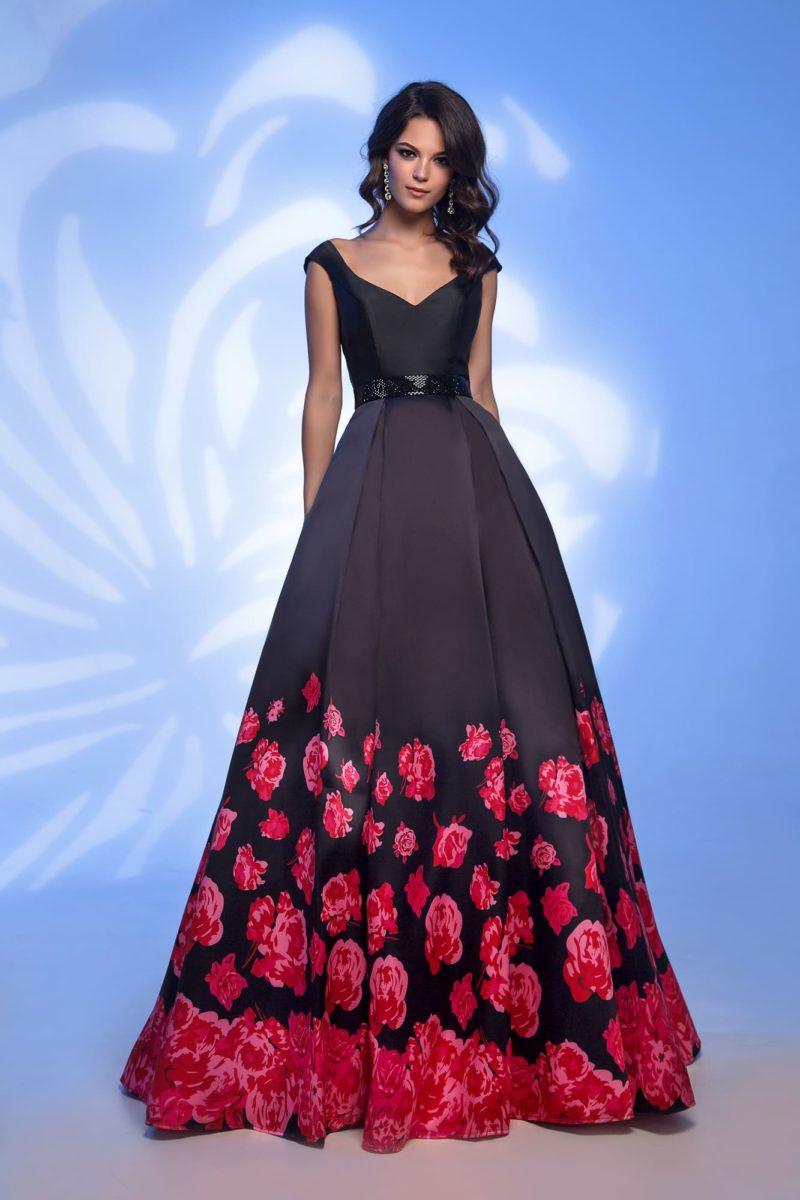 Вечернее платье черного цвета с цветочным принтом и поясом.