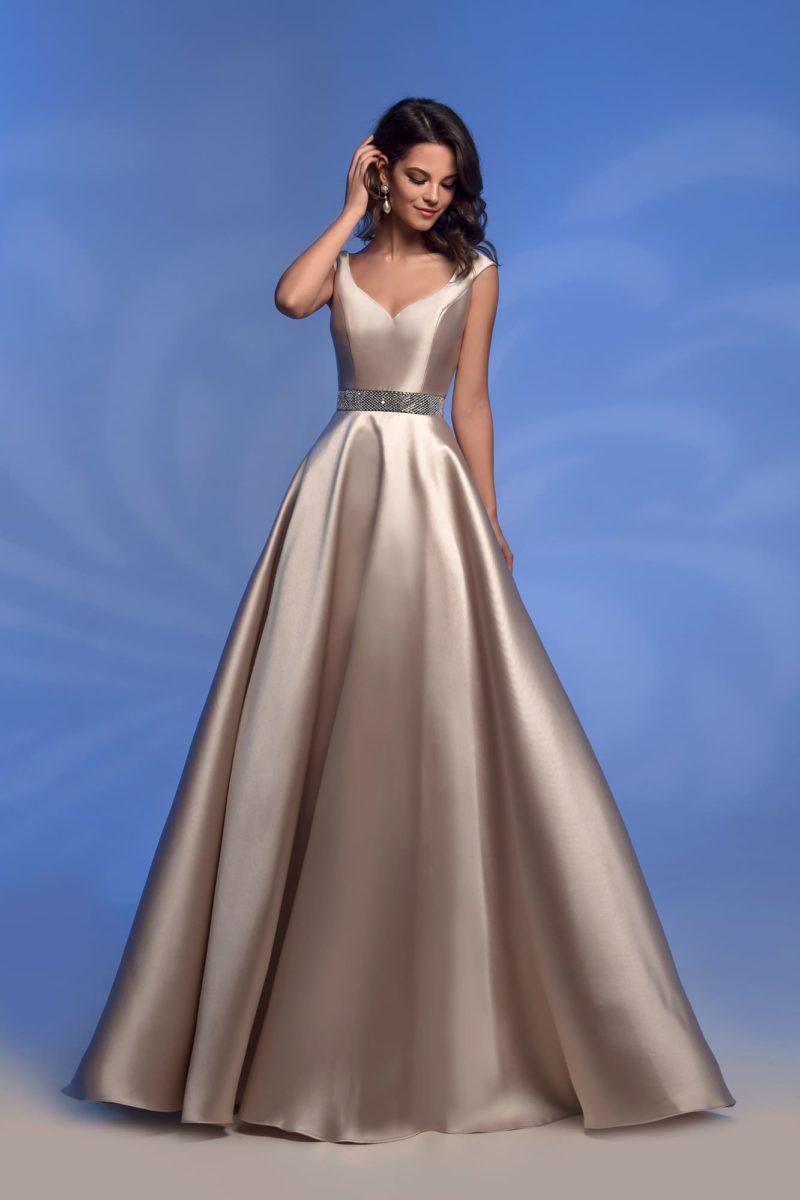 Вечернее платье цвета шампанского с широким поясом.