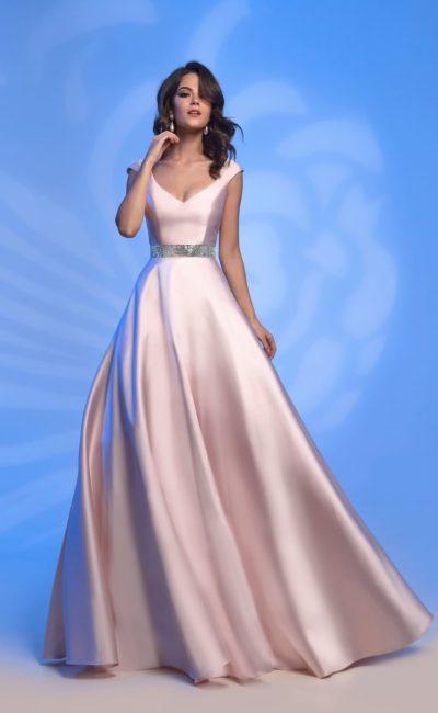 Вечернее платье из розового атласа с открытым декольте.