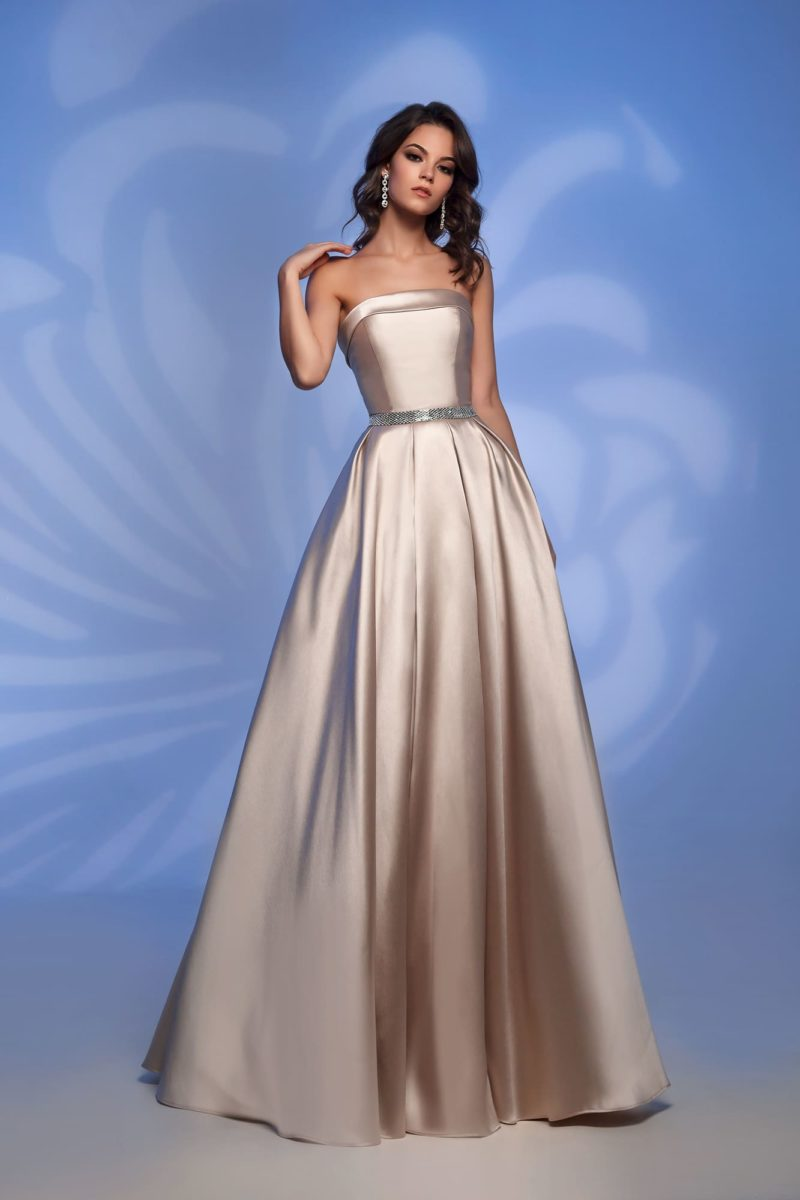 Вечернее платье оттенка шампанского с лифом прямого кроя.