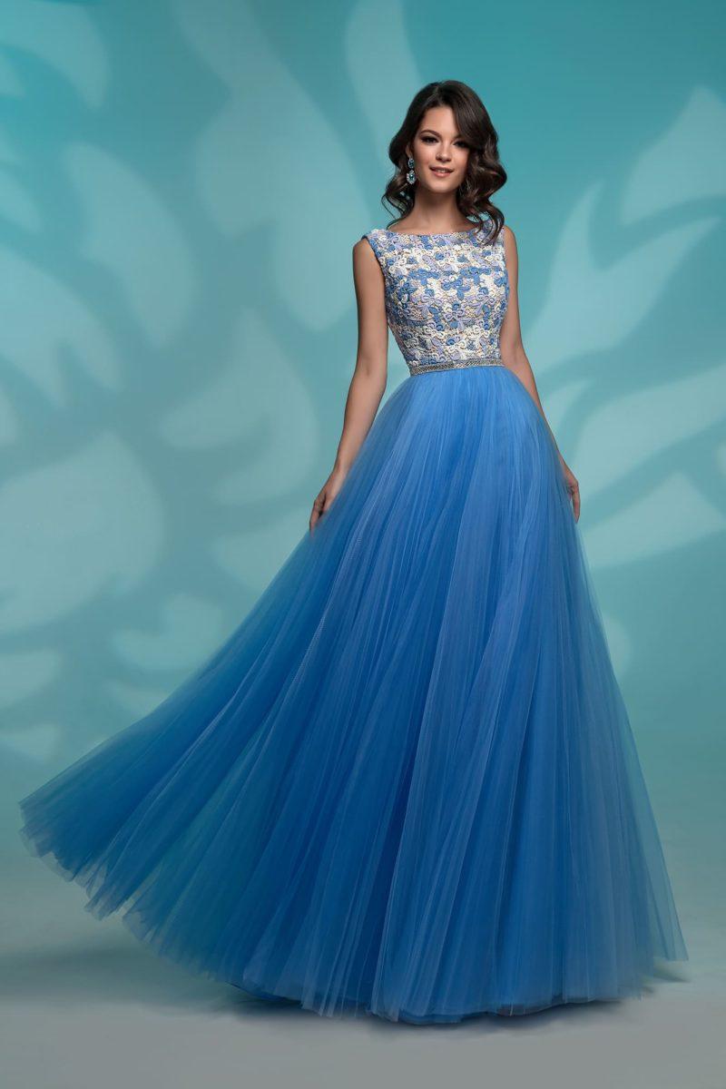 Вечернее платье с голубой юбкой и светлым кружевным верхом.
