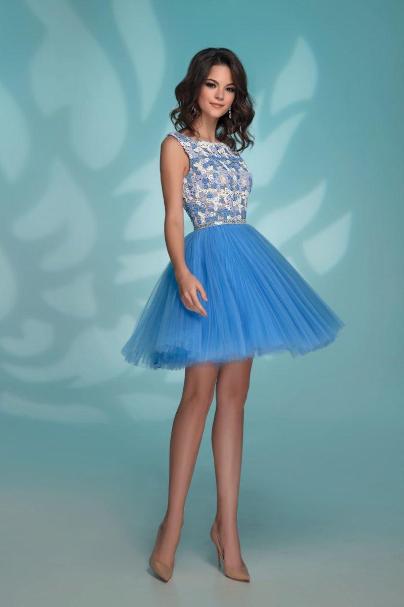 Голубое вечернее платье до середины бедра с облегающим верхом.
