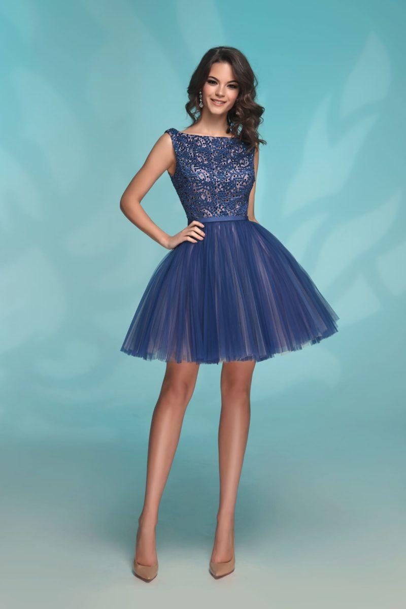 Синее короткое вечернее платье на бежевой подкладке.