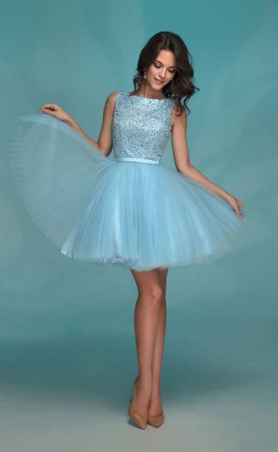 Короткое платье голубого цвета