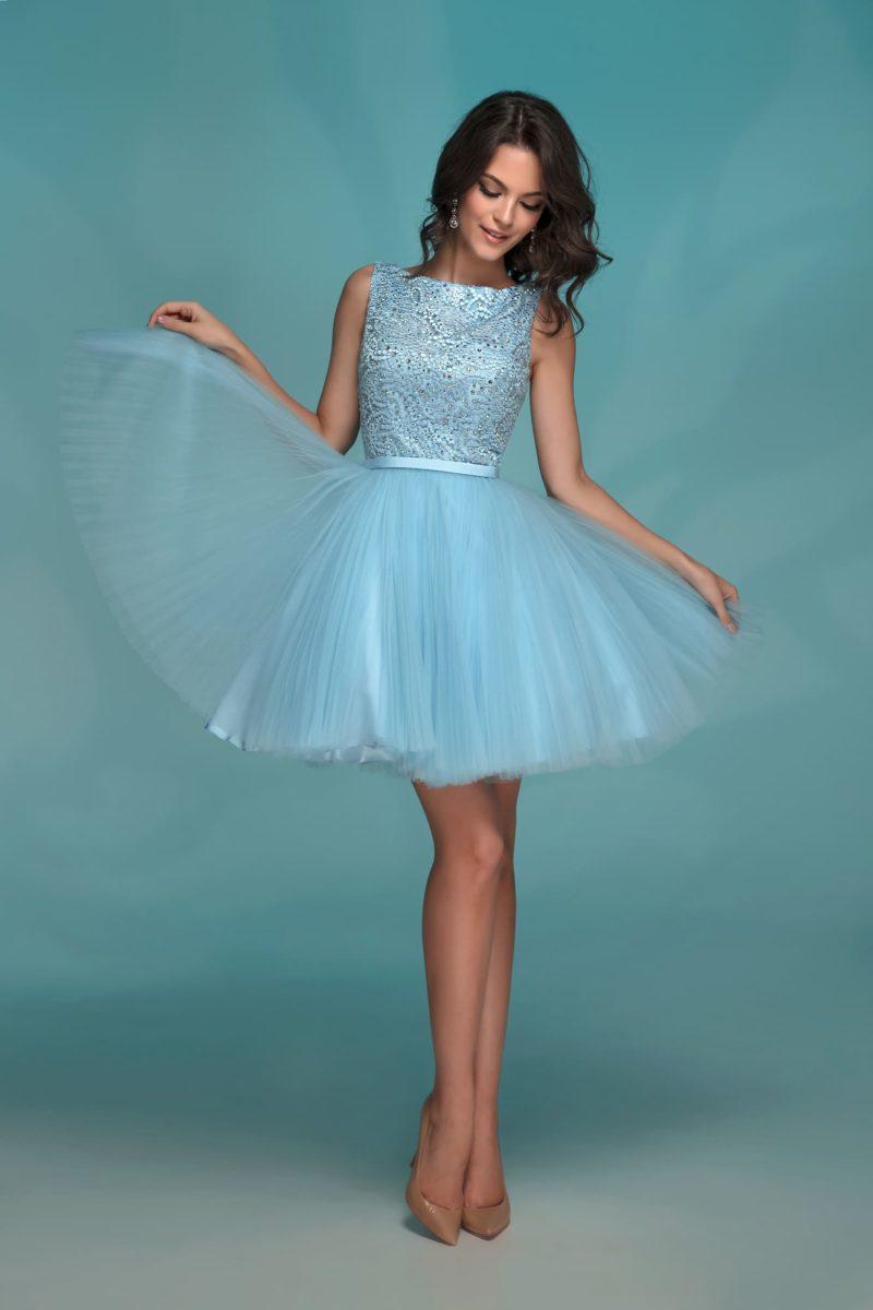 Вечернее платье голубого цвета с пышной юбкой до середины бедра.