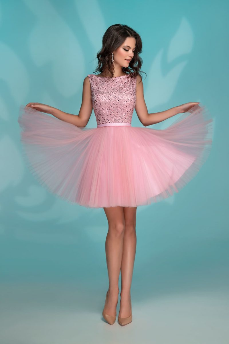 Короткое вечернее платье розового цвета с отделкой складками.