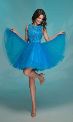 Яркое голубое вечернее платье с короткой пышной юбкой.