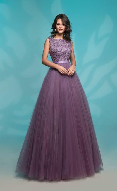 Вечернее платье фиолетового цвета с закрытым лифом без рукавов.
