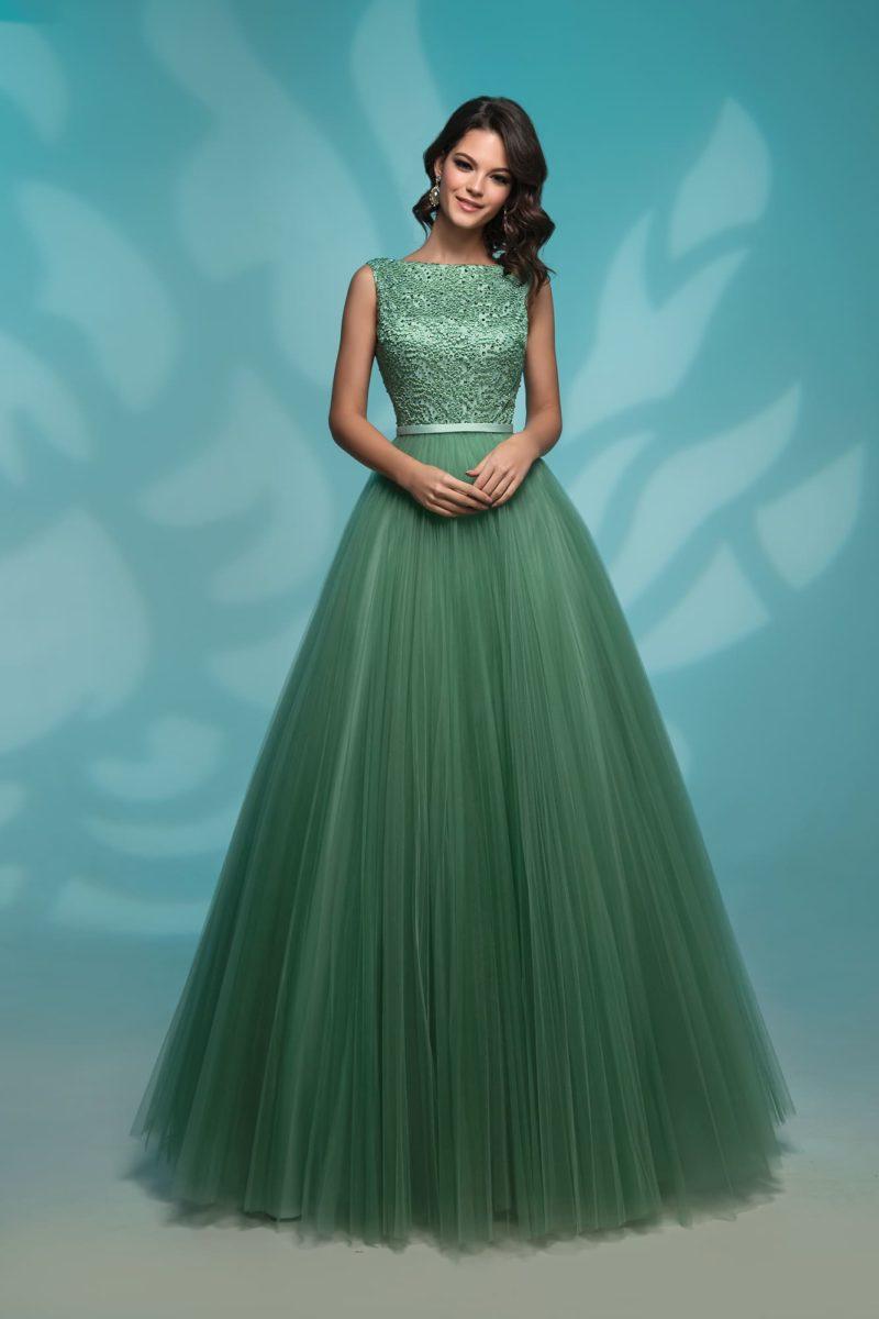 Вечернее платье зеленого цвета с воздушной юбкой.