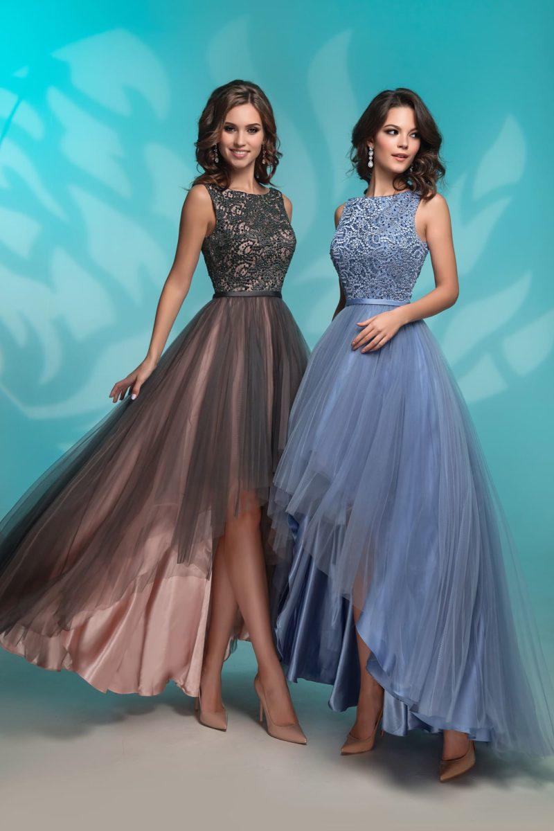 Вечернее платье с узким поясом и укороченной спереди юбкой.