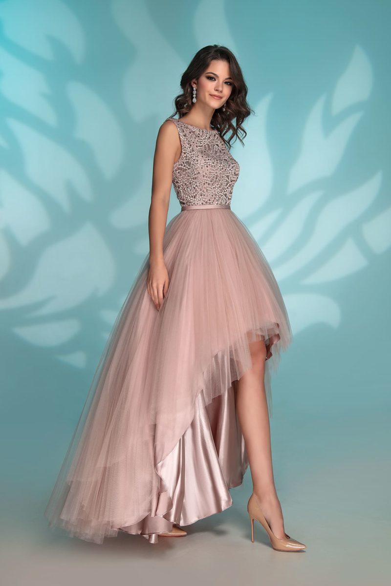 Вечернее платье пудрового цвета с укороченным подолом.