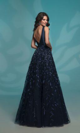 Вечернее платье темно-синего цвета с воздушной юбкой.