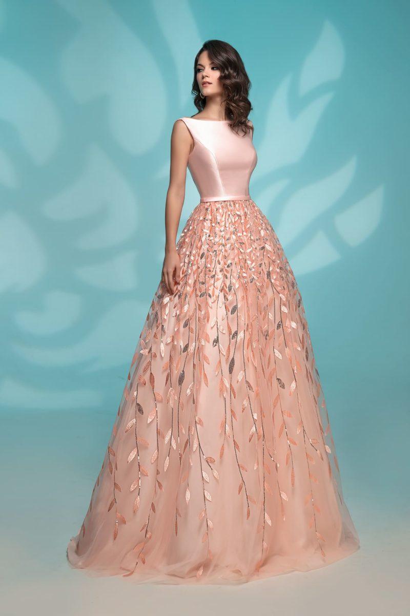 Вечернее платье персикового цвета с пышной юбкой.