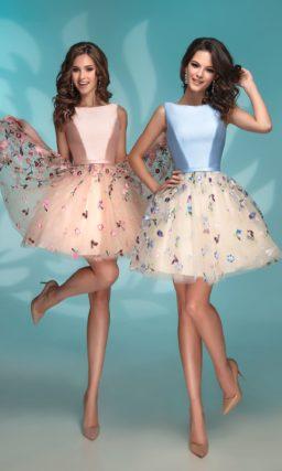 Вечернее платье с голубым лифом и бежевым подолом.