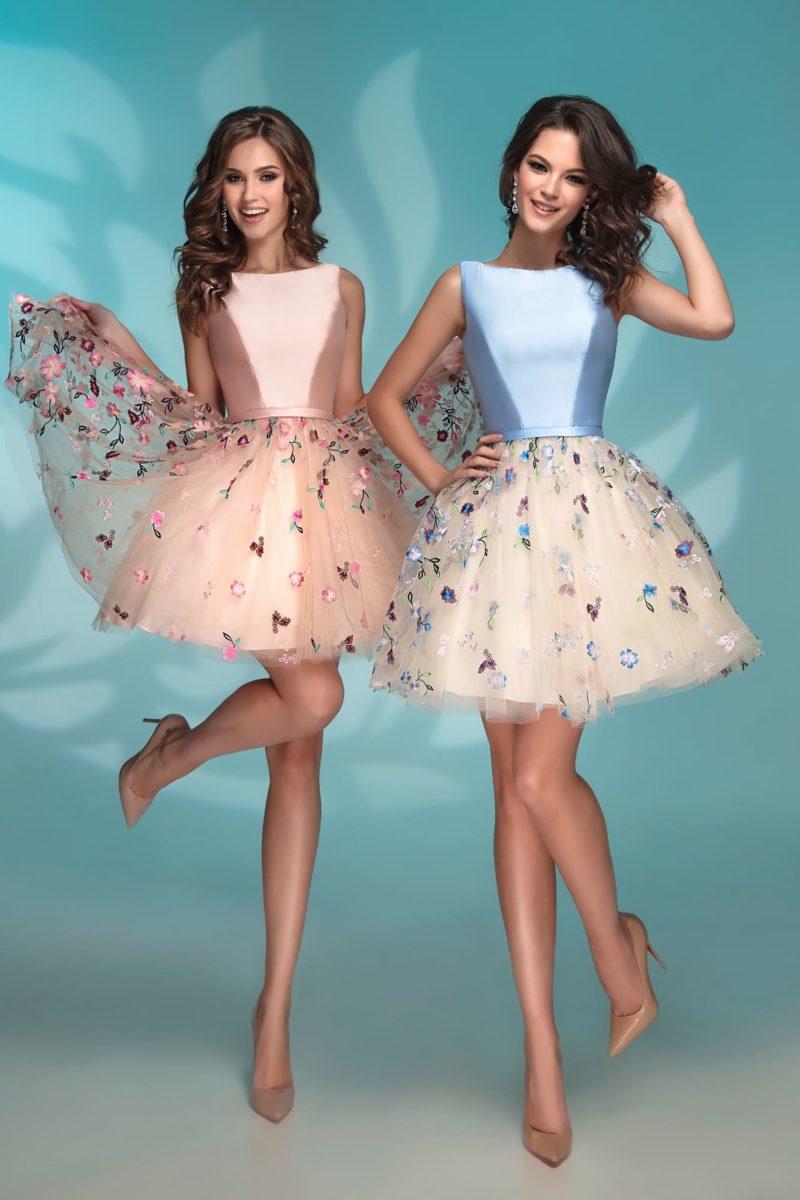 Вечернее платье персикового цвета с юбкой до середины бедра.