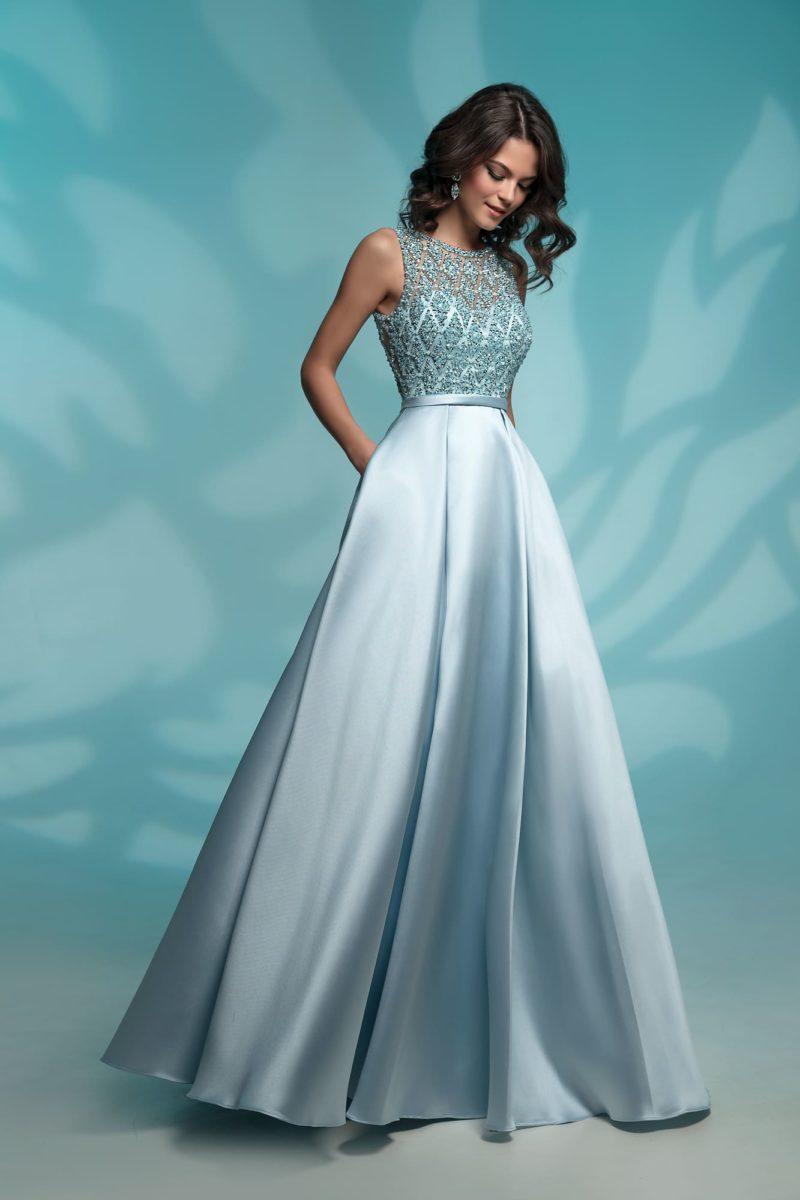 Голубое вечернее платье с вышитым лифом и узким поясом.