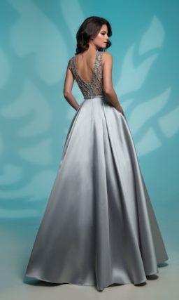 Серебристое вечернее платье женственного кроя с вырезом сзади.