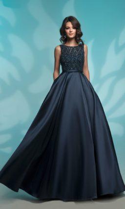 Темно-синее вечернее платье с изящным лифом и узким поясом.