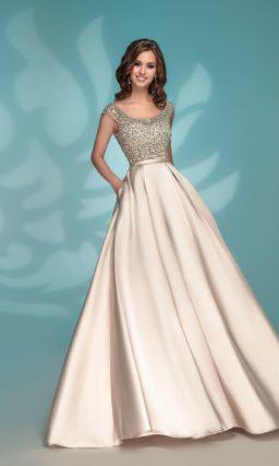 Чарующее вечернее платье золотого цвета с декором из стразов.