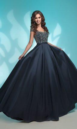 Темно-синее вечернее платье со стразами и складками по подолу.