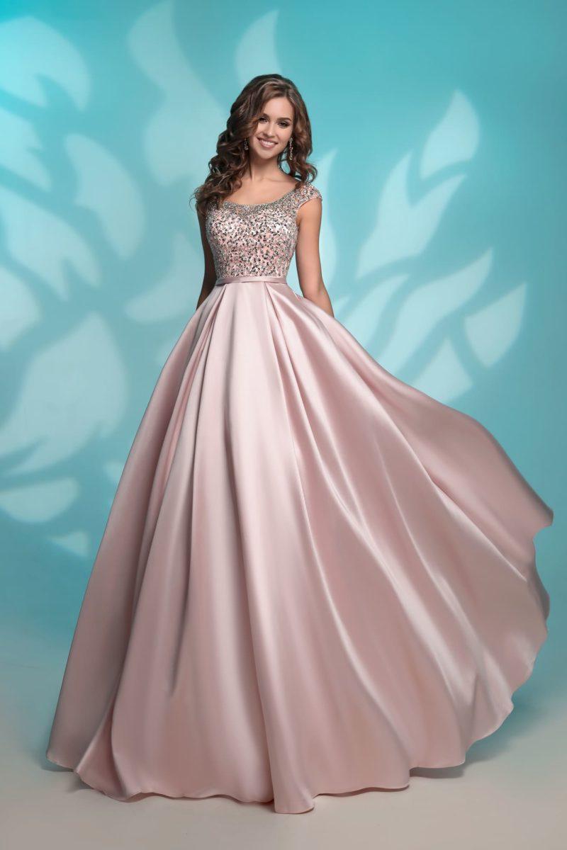 Розовое вечернее платье с юбкой в пол и декором из стразов.