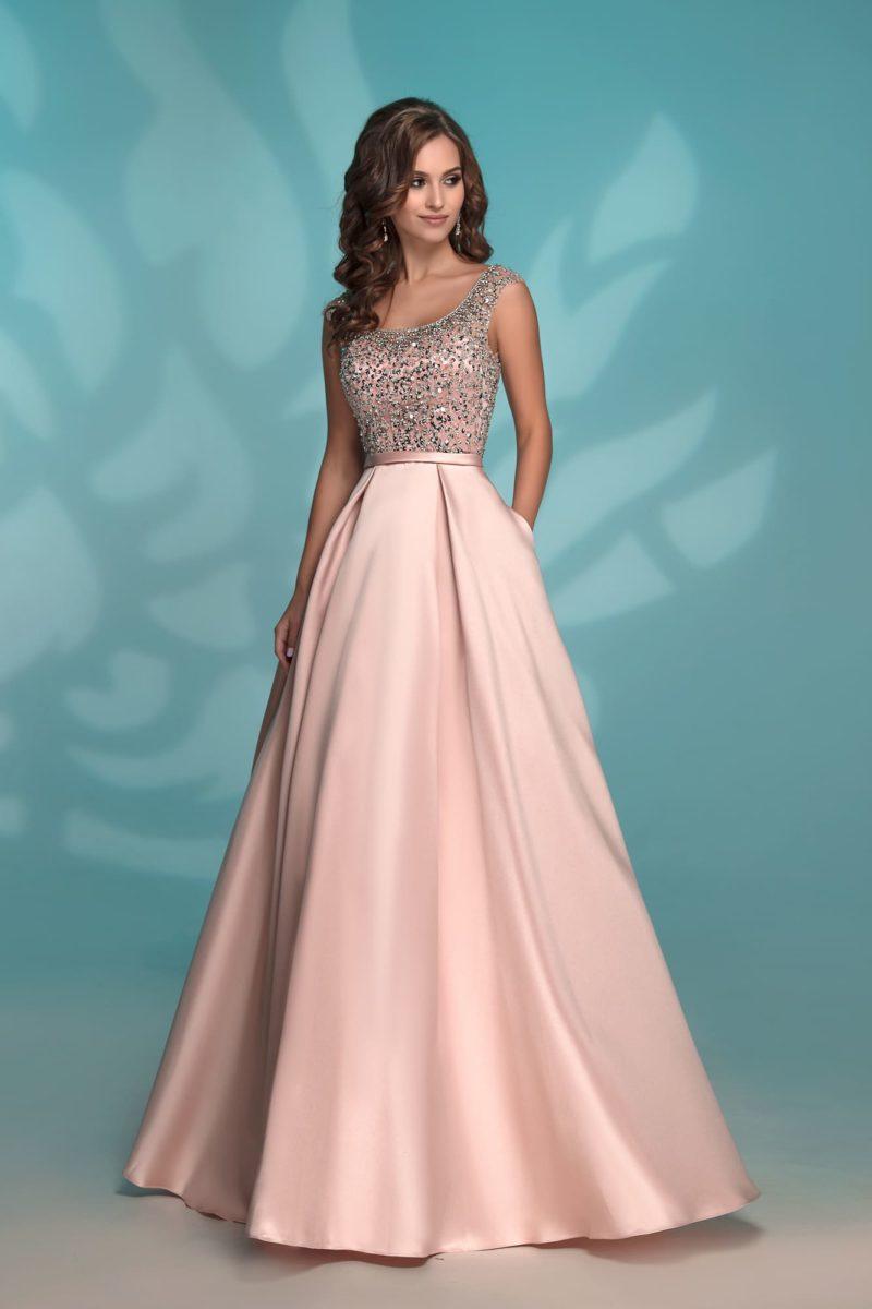 Вечернее платье розового цвета со стразами и скрытыми карманами.