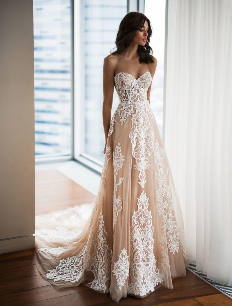 Пудровое свадебное платье с кружевным лифом «сердечком».