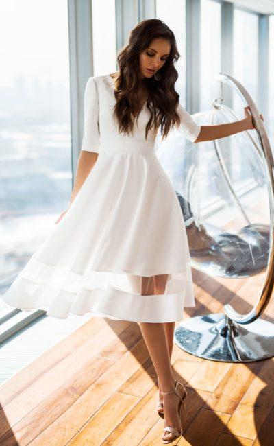 Атласное короткое платье с рукавом