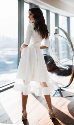 Атласное свадебное платье с рукавом до локтя и юбкой миди.