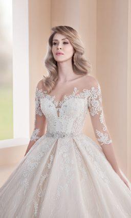 Пышное свадебное платье с тонким рукавом и шикарным шлейфом.